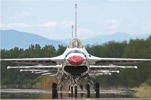 F-16 Falcon Thunderbirds prepare for takeoff