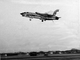 F-8 Crusader mistakenly flying with wings tips folded